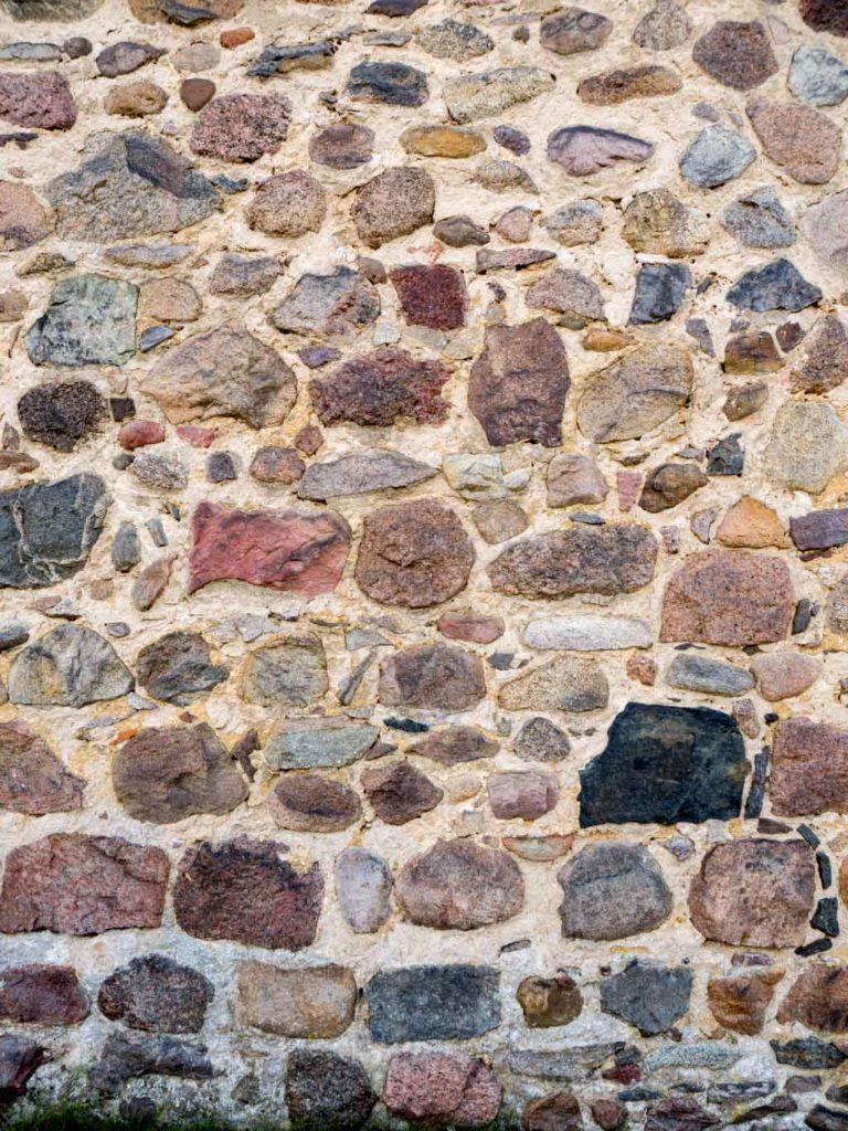 Dorfkirche Wergzahna. Frühes Mauerwerk aus nur einseitig behauenen Feldsteinen.