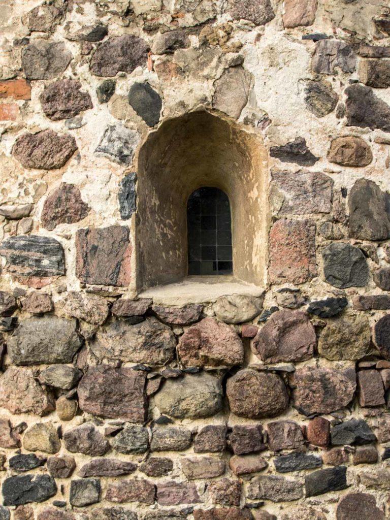 Dorfkirche Wildenbruch. Detail des Mauerwerks der Apsis mit z.T. unbehauenen Feldsteinen