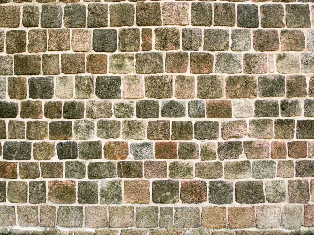 Detailaufnahme des Feldsteinmauerwerkes. Die Stoßfugen wurden so gut wie möglich um einen halben Stein versetzt. Das Mauerwerk ist so exakt ausgeführt, dass keine schmalen, plattigen Ergänzungssteine in den Stoßfugen eingesetzt werden mussten, wie das häufig an Bauwerken minderer Ausführungsqualität der Fall war.