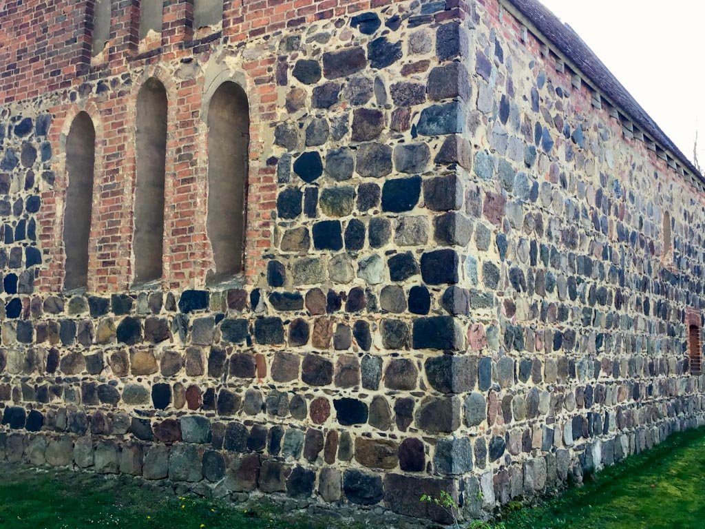 Dorfkirche Dalichow, Exakt behauene Feldsteine an den Gebäudekanten