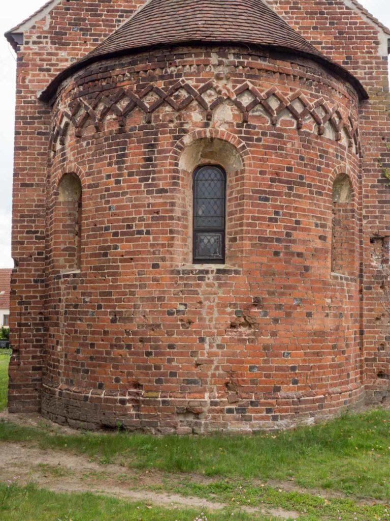 Apsis mit originalen Fenstern, Rautenfries und darunter Winkelfries.
