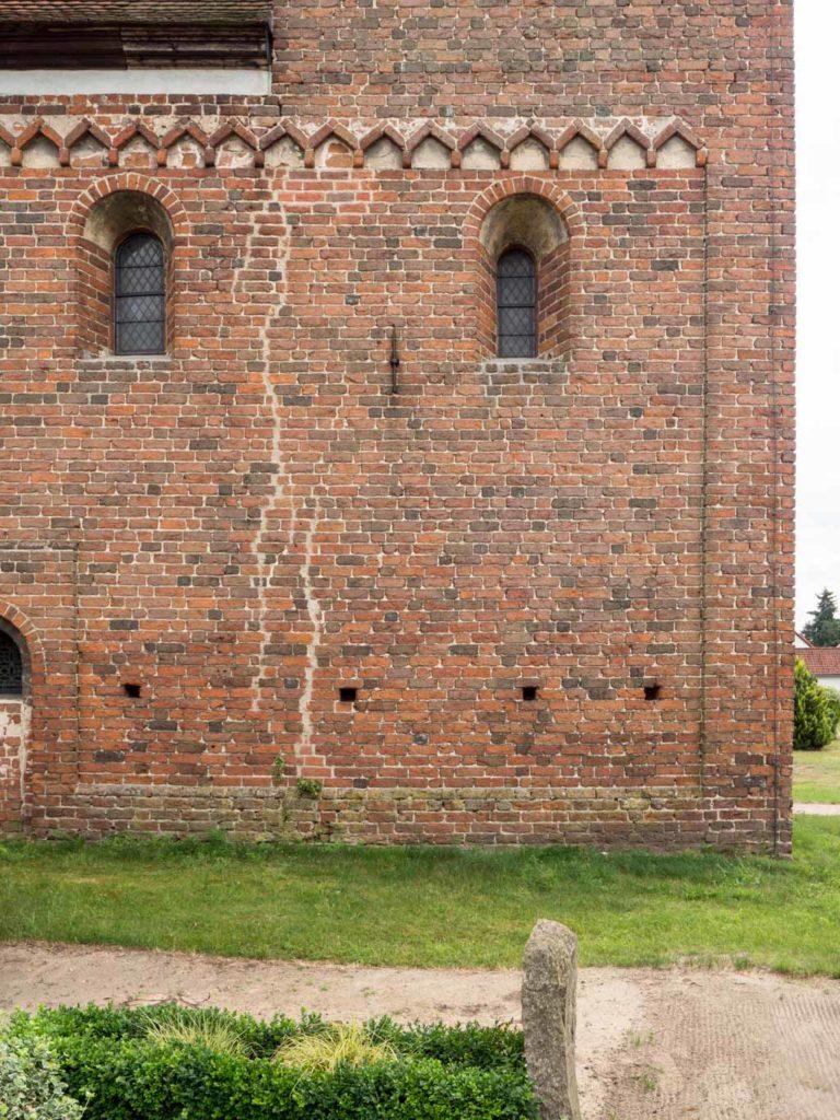 Rundbogenfenster, Winkelfries und Lisene an der Nordwand von Schiff und Turm.