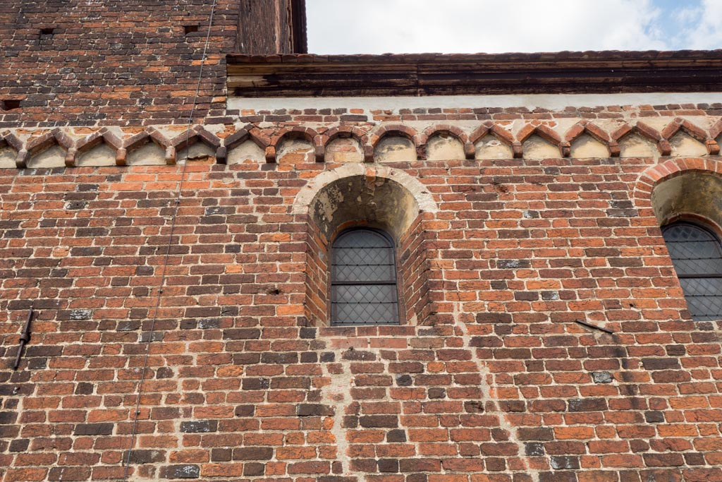 Ungewöhnliches Detail an der Südfassade des Schiffs: Winkelfries, über dem Fenster unterbrochen von vier Bögen eines Rundbogenfrieses.