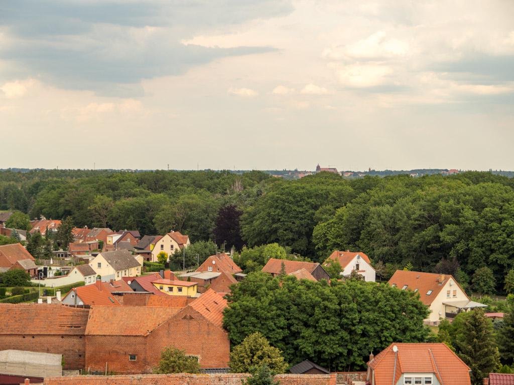 Blick durch das nördliche Turmfenster im obersten Geschoss in Richtung Havelberg. Am Horizont sieht man den Dom.