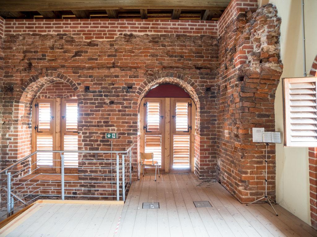Relikte der Ruine im Glockengeschoss.