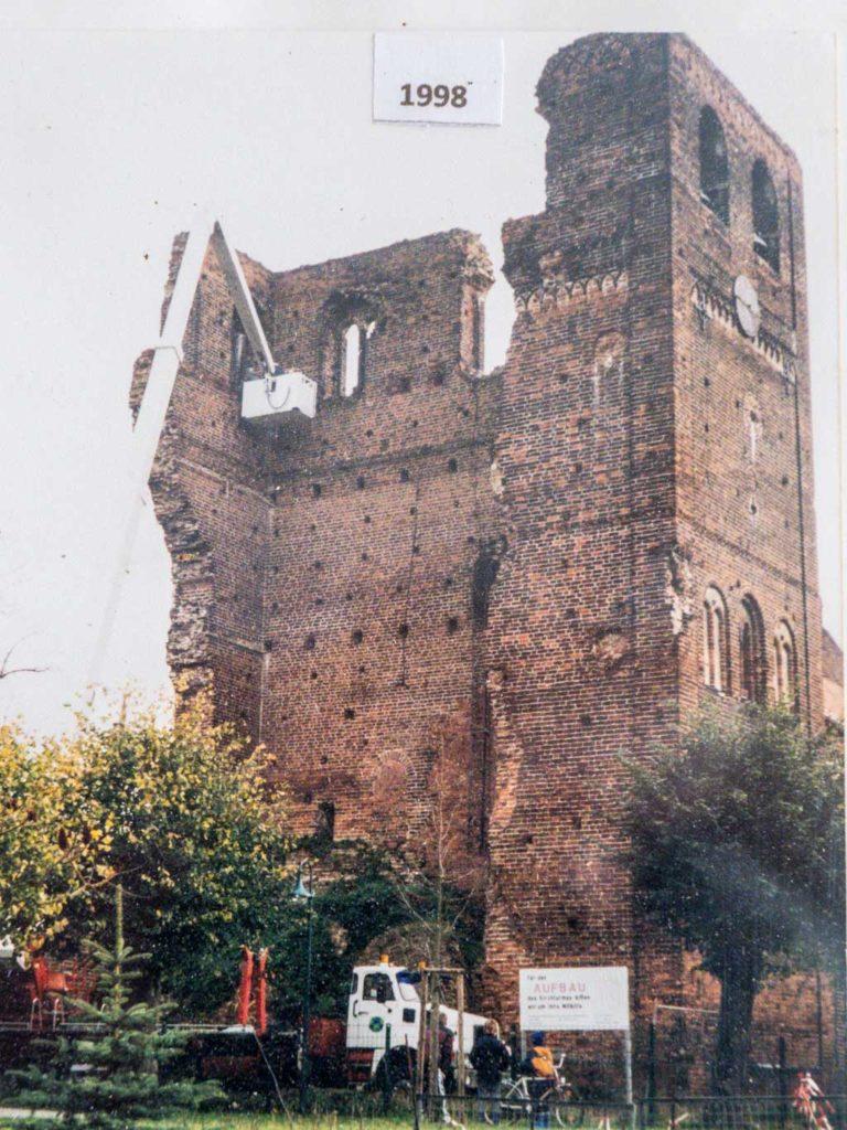 """Ruine des Westriegels 1998. Aufgenommen von einer Schautafel im """"vertikalen Gemeindezentrum"""" im heutigen Turm."""