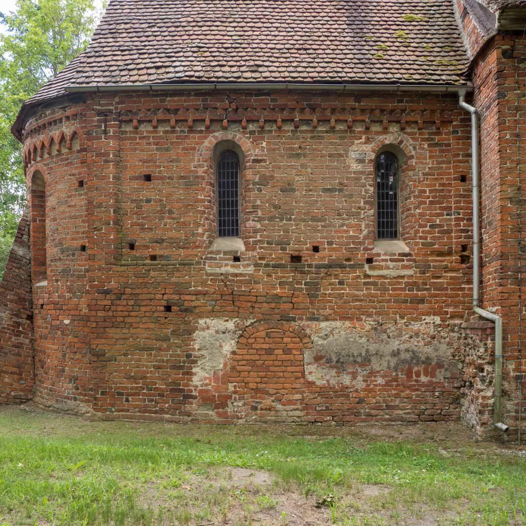 Nordwand des Chors. Rundbogenfenster, Deutsches Band und Zahnfries.