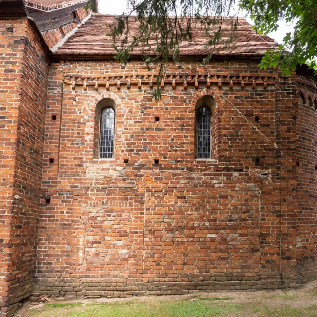 Südwand des Chors. Rundbogenfenster, Deutsches Band und Zahnfries.