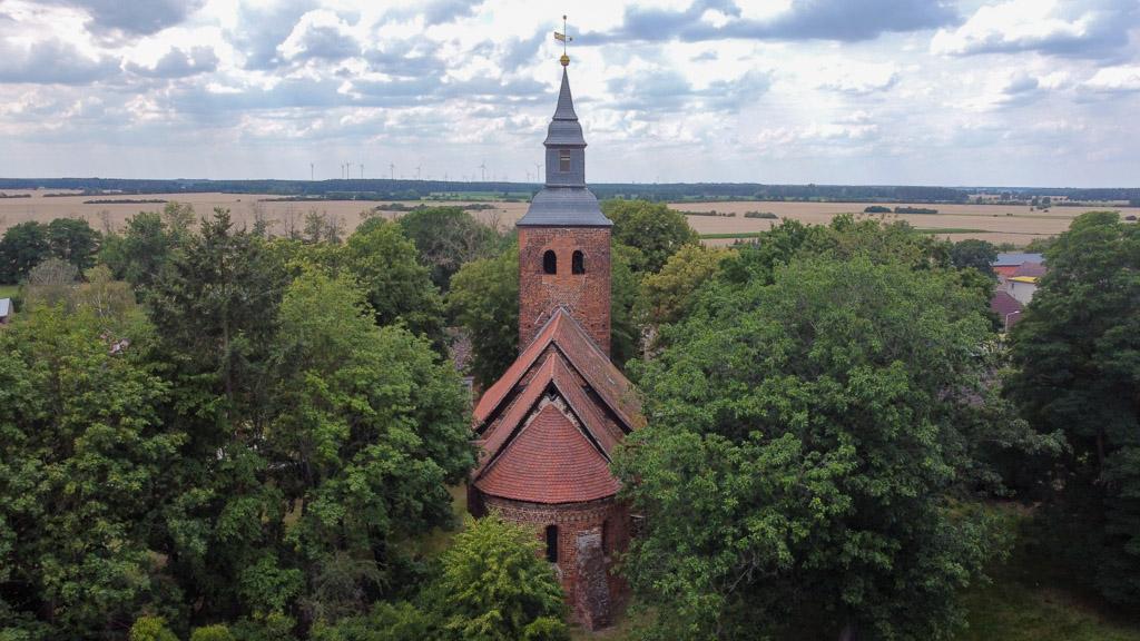 Dorfkirche Schmetzdorf. Das Panorama verdeutlicht die idyllische Lage.