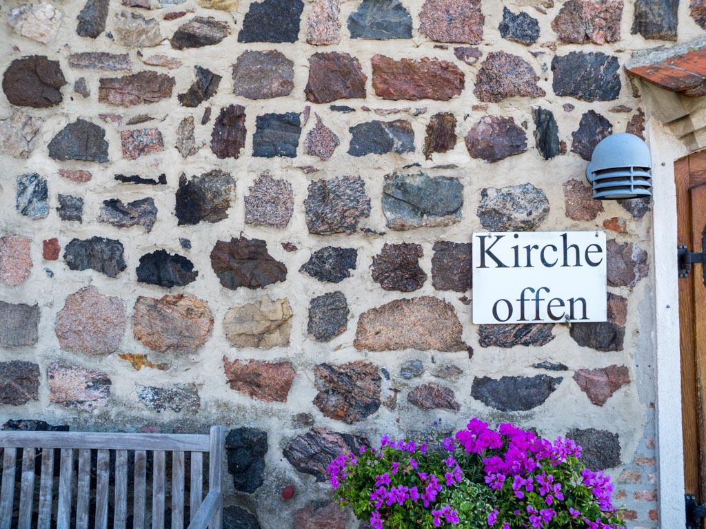 Lagiges Mauerwerk aus nur einseitig behauenen Feldsteinen, Westfassade.