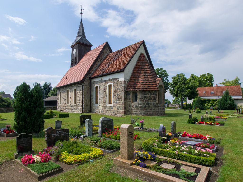 Dorfkirche Seeburg, Staffelung der dreiteiligen Anlage von Südost.
