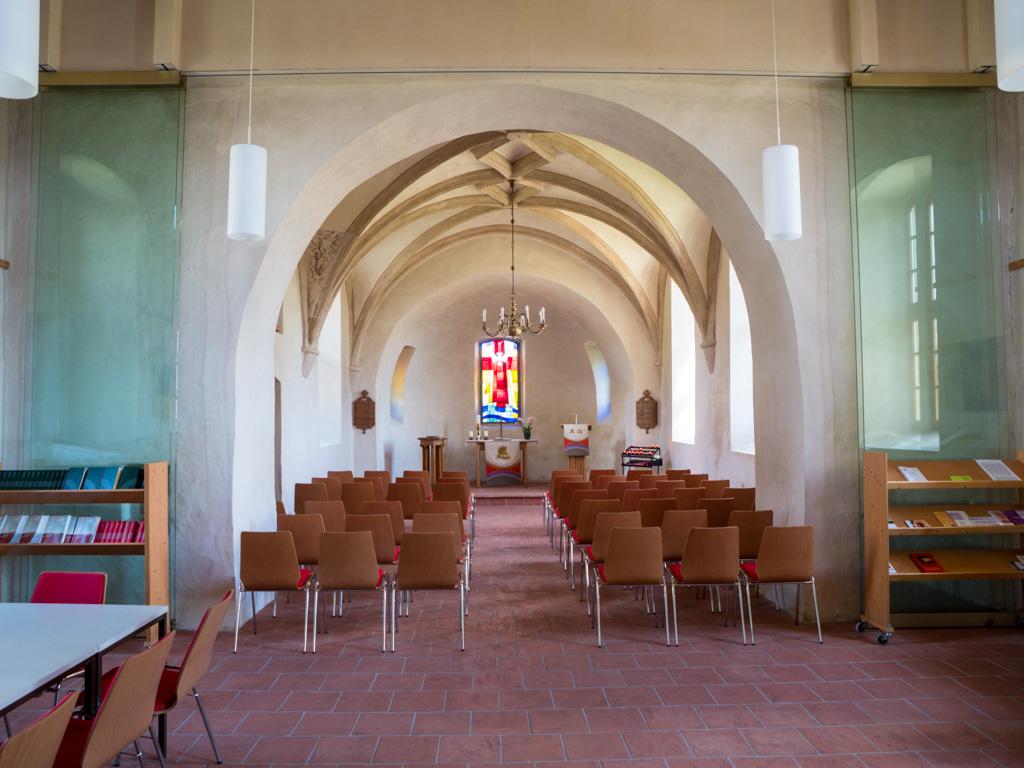 Dorfkirche Seeburg, Blick nach Osten. Rundbogiger Triumph- und Apsisbogen.