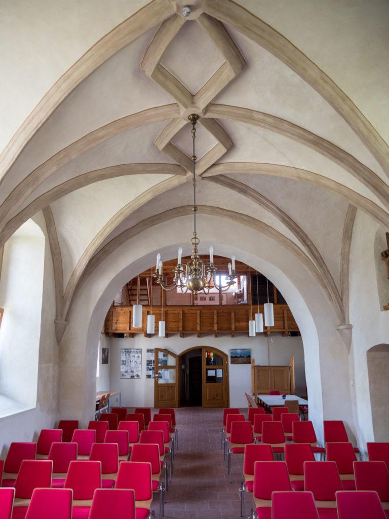 Dorfkirche Seeburg, Blick nach Westen mit gotischem Chorgewölbe und romanischem Triumphbogen.
