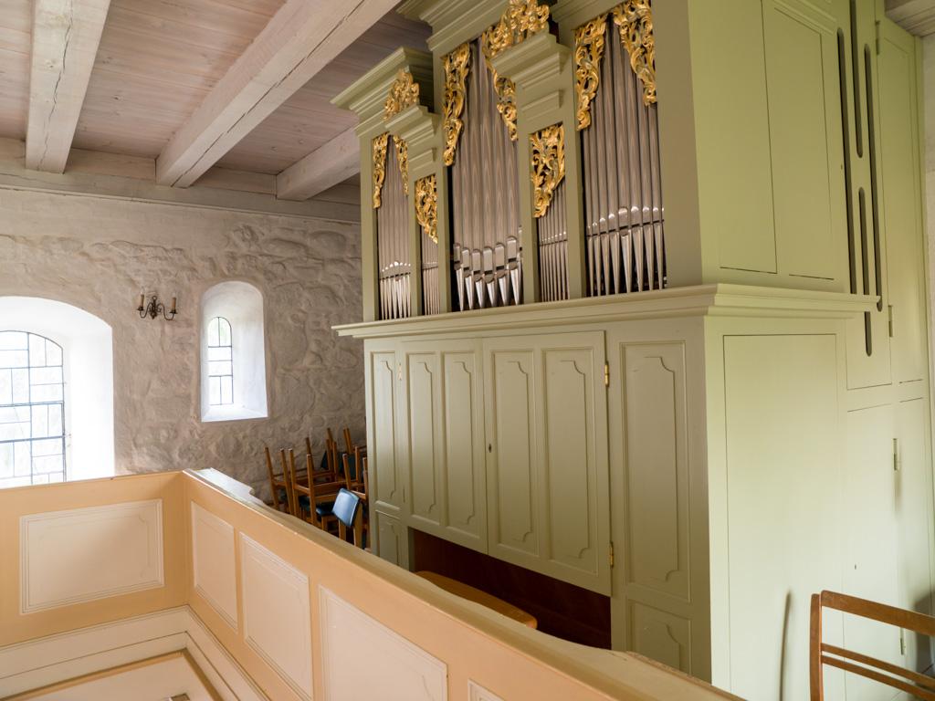 Dorfkirche Wildenbruch, originales Fenster in der Südwand des Schiffes. Aufnahme von der Orgelempore