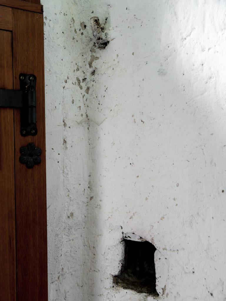 Rechtes, engeres Riegelloch und obere, eiserne Scharnierbefestigung des alten Portals