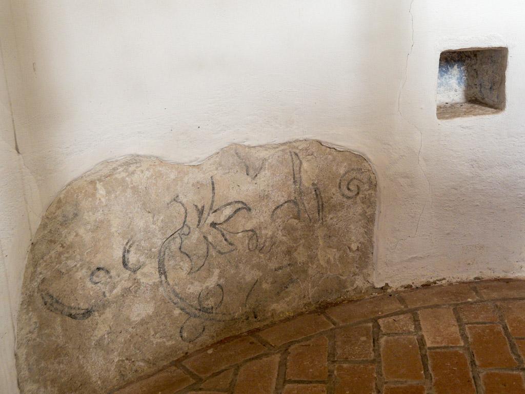 Dorfkirche Wildenbruch Freigelegte Wandmalerei mit floralen Elementen an der Apsiswand. Rechts die Sakramentsnische.