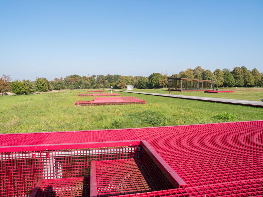 Archäologischer Park Freyenstein. Die roten Metallgitter repräsentieren ehemalige Keller der Wohnhäuser der romanischen Stadt Freyenstein