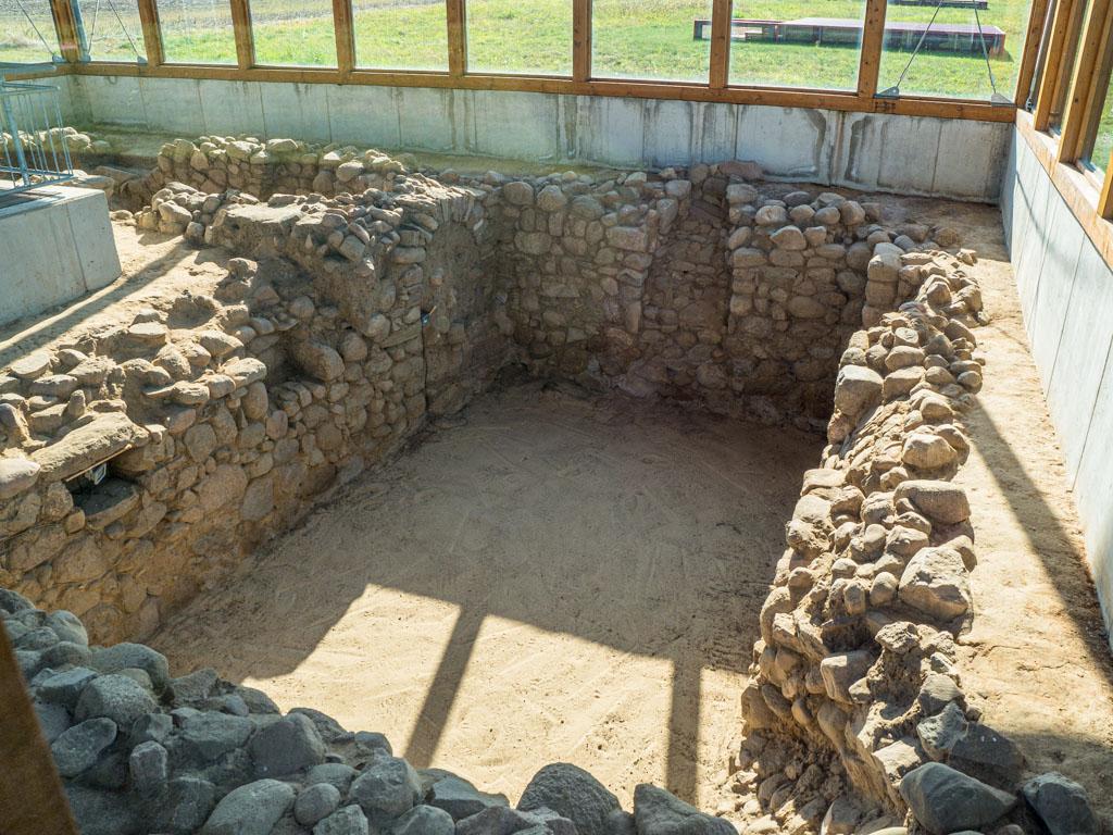 Keller eines Wohnhauses aus romanischer Zeit. Markante Ausstattungsmerkmale sind die Tür, zwei Schächte für Oberlicht sowie zwei Aufbewahrungskammern.