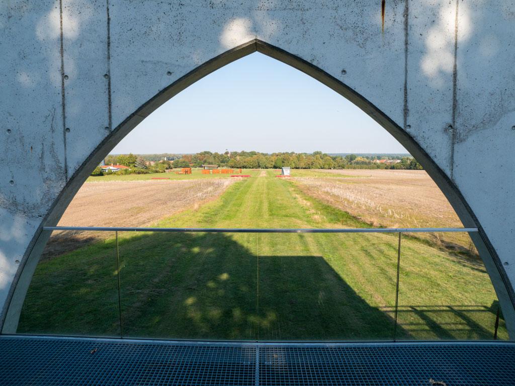 """Blick durch das """"Pritzwalker Tor"""" auf die Ausgrabungsstätte."""