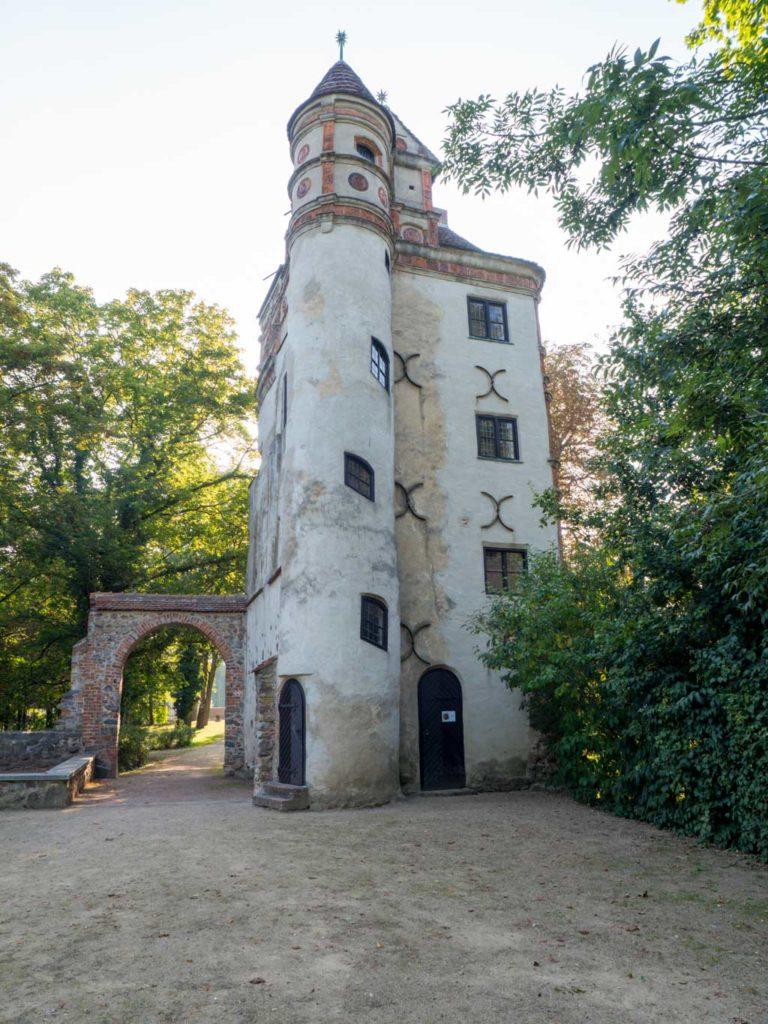 Altes Schloss Freyenstein. Typischer Treppenturm mit Segtmentbogenfenstern.