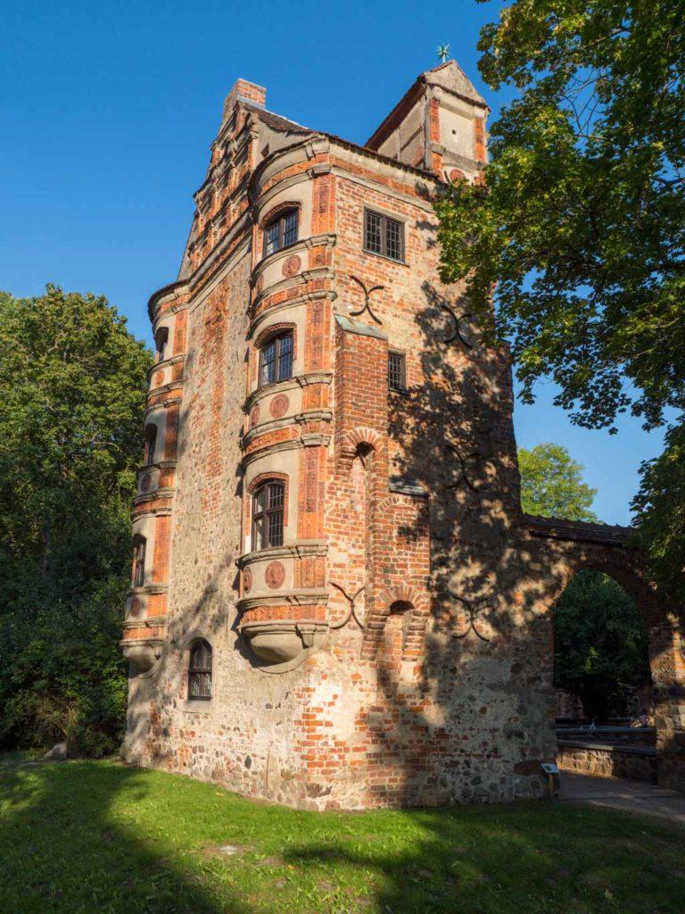 Altes Schloss Freyenstein. Fragmentarisch erhaltenes Renaissanceschloss mit wunderschönen Terrakotta-Applikationen..