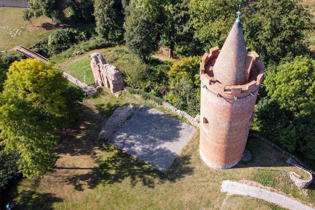Burg Putlitz. Reste der Anlage mit (von rechts nach links) Bergfried, Bodenfläche des Palas, Torhaus, Brücke über den Wassergraben.
