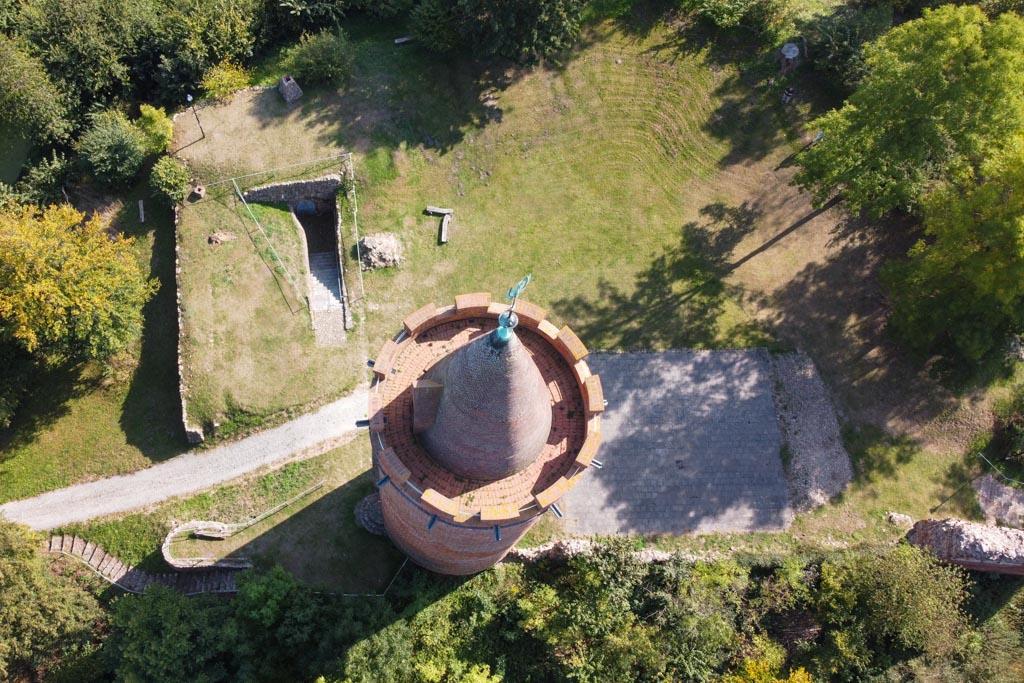 Bergfried, Palas, östlich gelegener Keller (?) sowie Burghof.