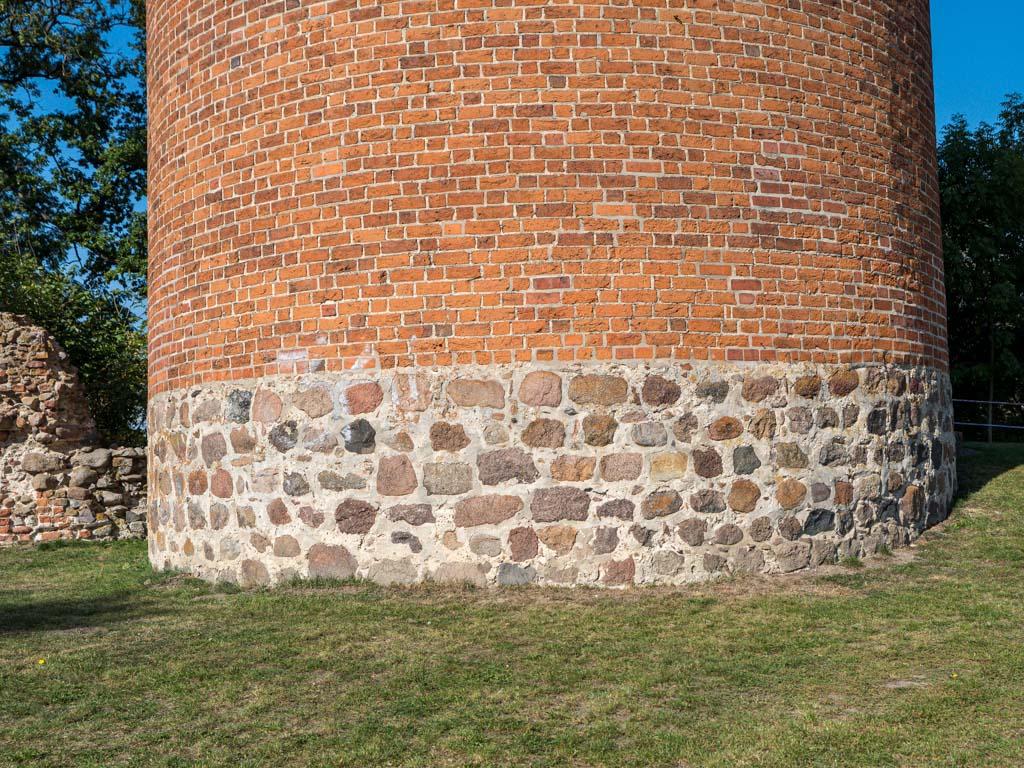 Basis des Bergfrieds aus behauenen, z.T. gequaderten Feldsteinen.