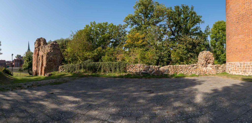 Westseitige Mauerreste, links möglicherweise Reste des Torbaus. Im Vordergrund der Bereich des Palas.