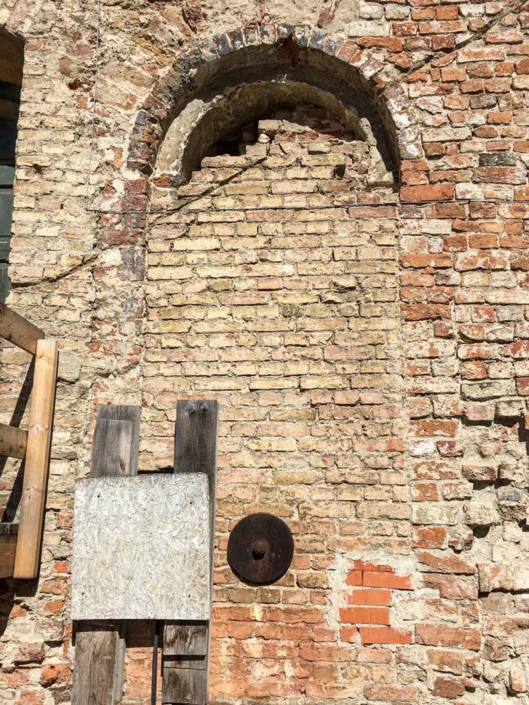 Romanisches Fenster in der Spiegelburg.