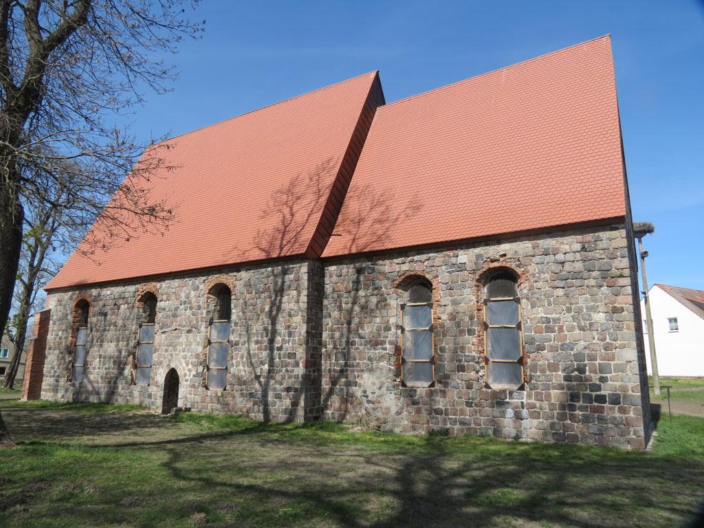 Kirche Dolgelin 2020, zweiteilige Anlage. Ansicht von Süden.