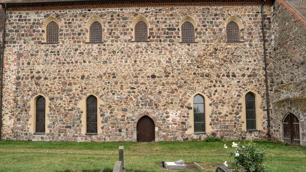 Dorfkirche Falkenhagen. Nordwand des Mittelschiffes mit fünf Arkaden und Obergadenfenstern.