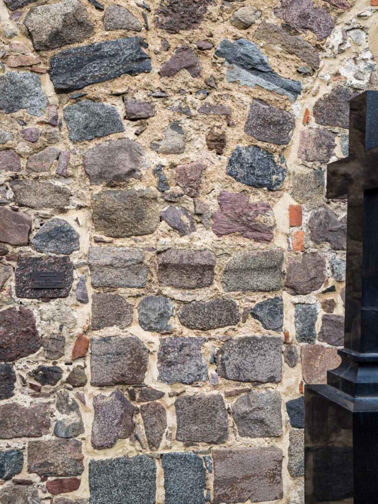 Dorfkirche Falkenhagen. Skulptierter Kämpfer der Säule zwischen zwei Arkaden des nördlichen Seitenschiffs.