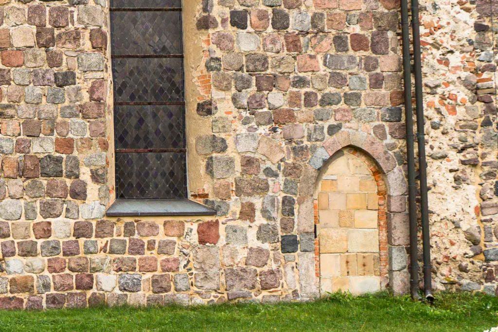 Dorfkirche Falkenhagen. Detail der nördlichen Priesterpforte(n).