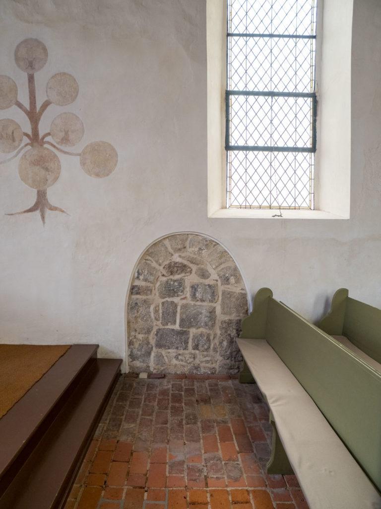 Dorfkirche Falkenhagen. Freigelegte, zugesetzte südliche Priesterpforte in der Südwand des Chors. Sie führte vermutlich in eine heute abgerissene Sakristei.