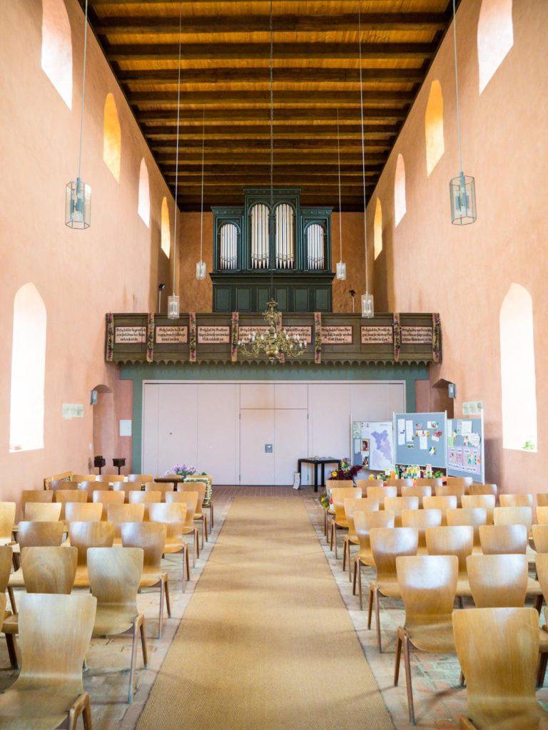 Dorfkirche Falkenhagen. Blick nach Westen durch das Schiff. Unterhalb der Orgelempore befindet sich die Winterkirche.
