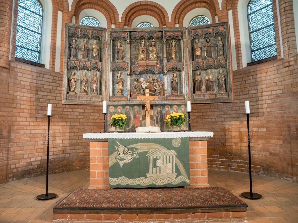 Altarblock und Schnitzaltar