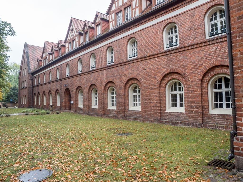 Heutiges Cecilienhaus. Vorne rechts Fenster zum Armarium, links angrenzend der Kapitelsaal