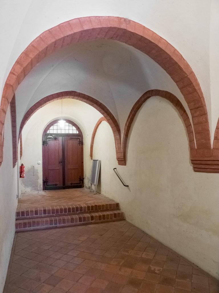 Eingangsbereich zur Klausur im Ostflügel. Die Tür führt zum Klostergelände