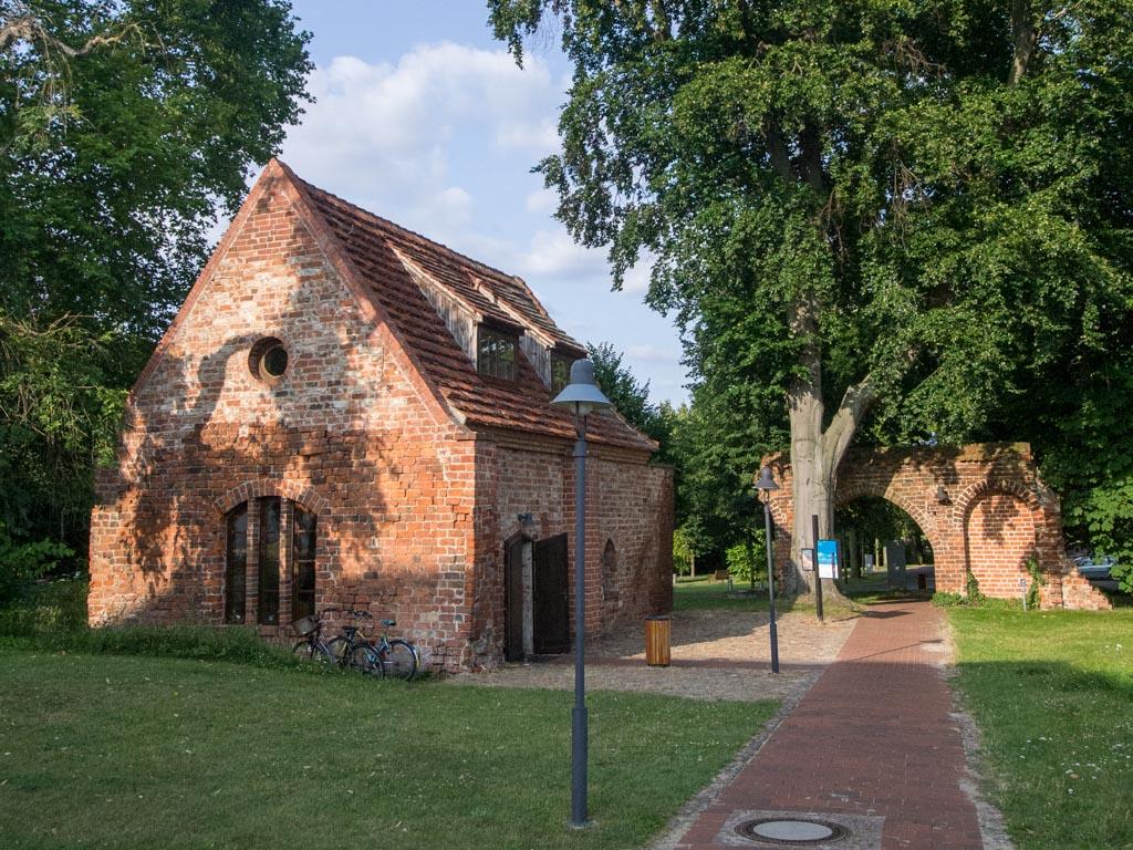 Tor und Kapelle, Aufnahme von Westen