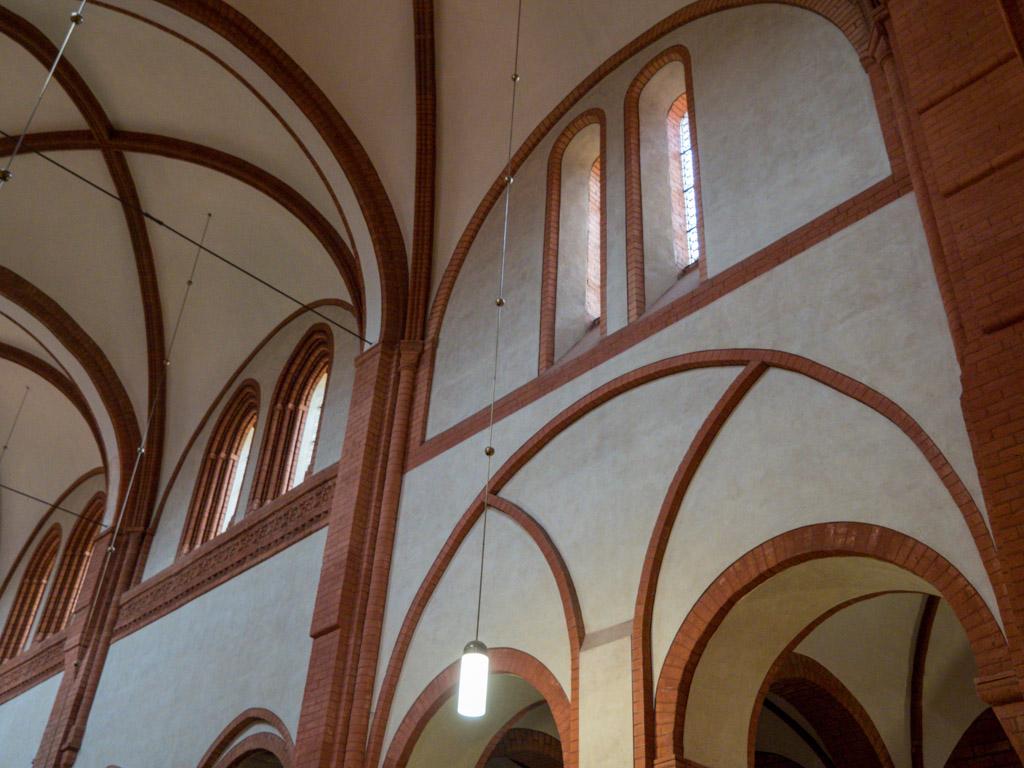 Nördliche Obergadenfenster: Übergang vom romanischen zum gotischen Stil.
