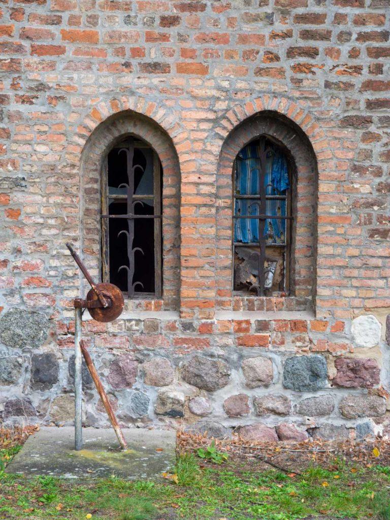 """Kornspeicher. Gotische Fenster, das rechte ist """"wärmegedämmt""""."""