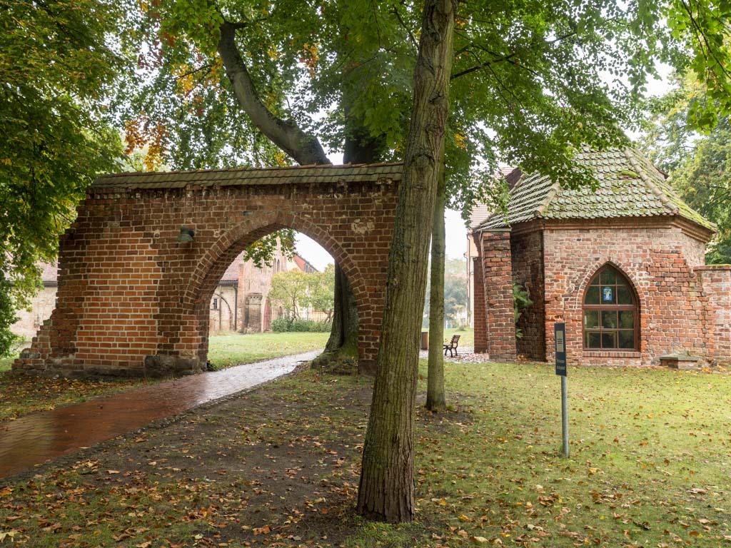 Tor und Kapelle, Aufnahme von Osten