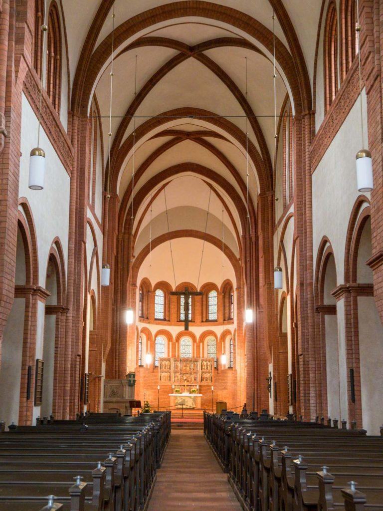 Klosterkirche, Blick nach Osten durch das Langhaus zur Apsis