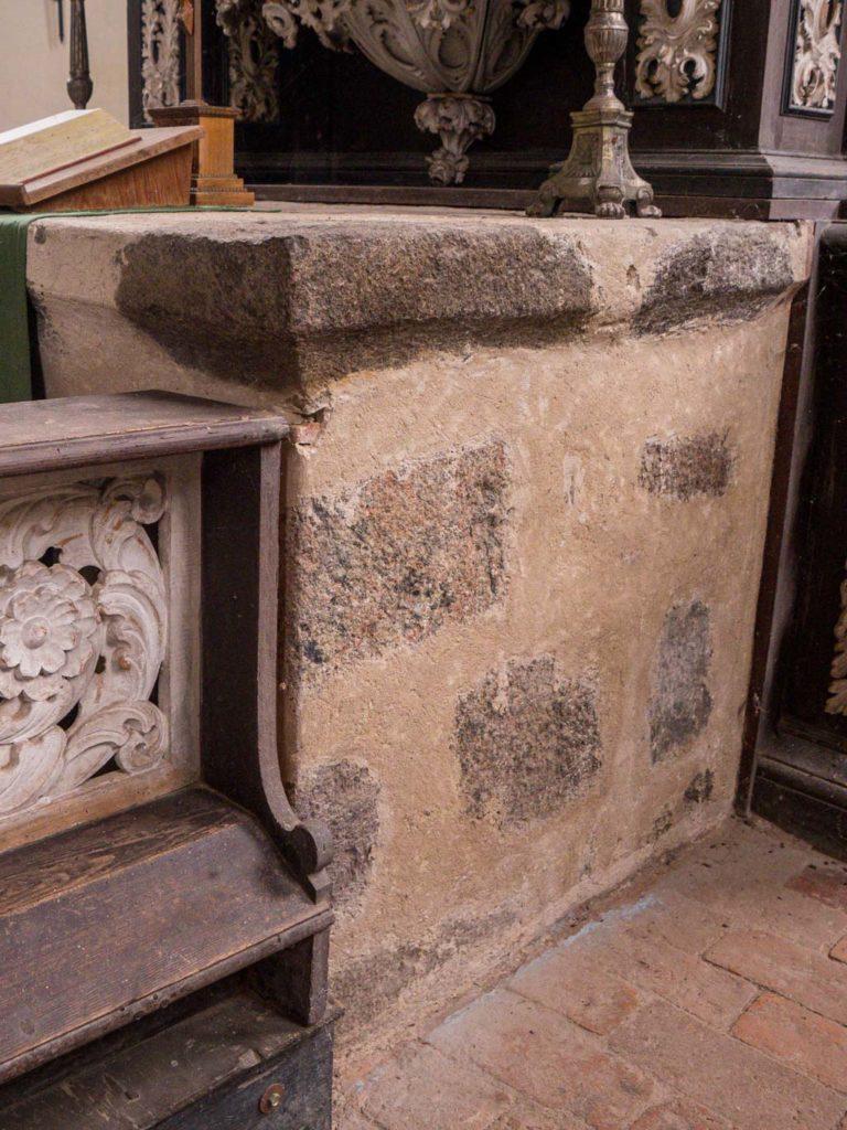 Details des Feldsteinaltars, rechts