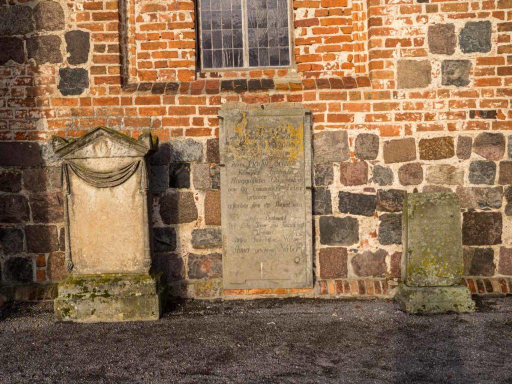 Feldsteinsockel und Epitaphen am Chor, Südseite