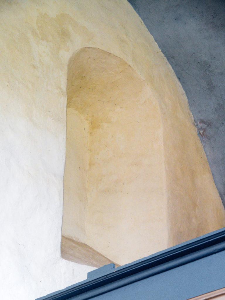 Komturei Lietzen Romanisches Fenster in der Südwand des Schiffes.
