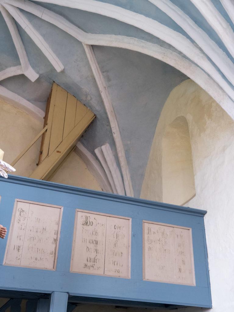 Komturei Lietzen Romanisches Fenster in der Nordwand des Schiffes. Die Treppe zum Turm unterbricht das gotische Gewölbe.