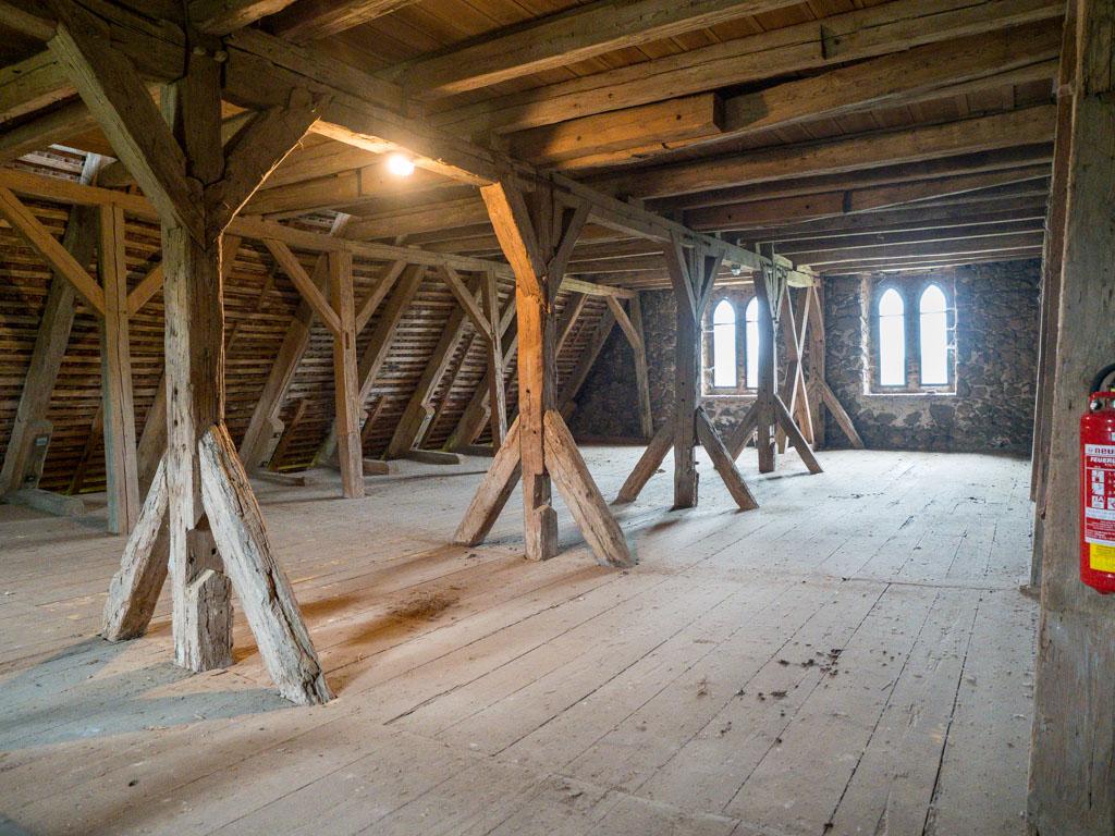 Komturei Lietzen Zweites Obergeschoss der Scheune mit Biforen in der Ostwand.