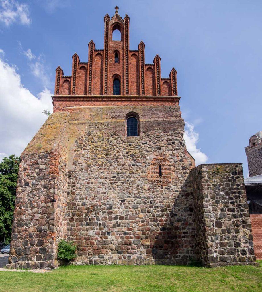 Burg und Bischofsresidenz Ziesar Westwand der Kapelle mit Stützen